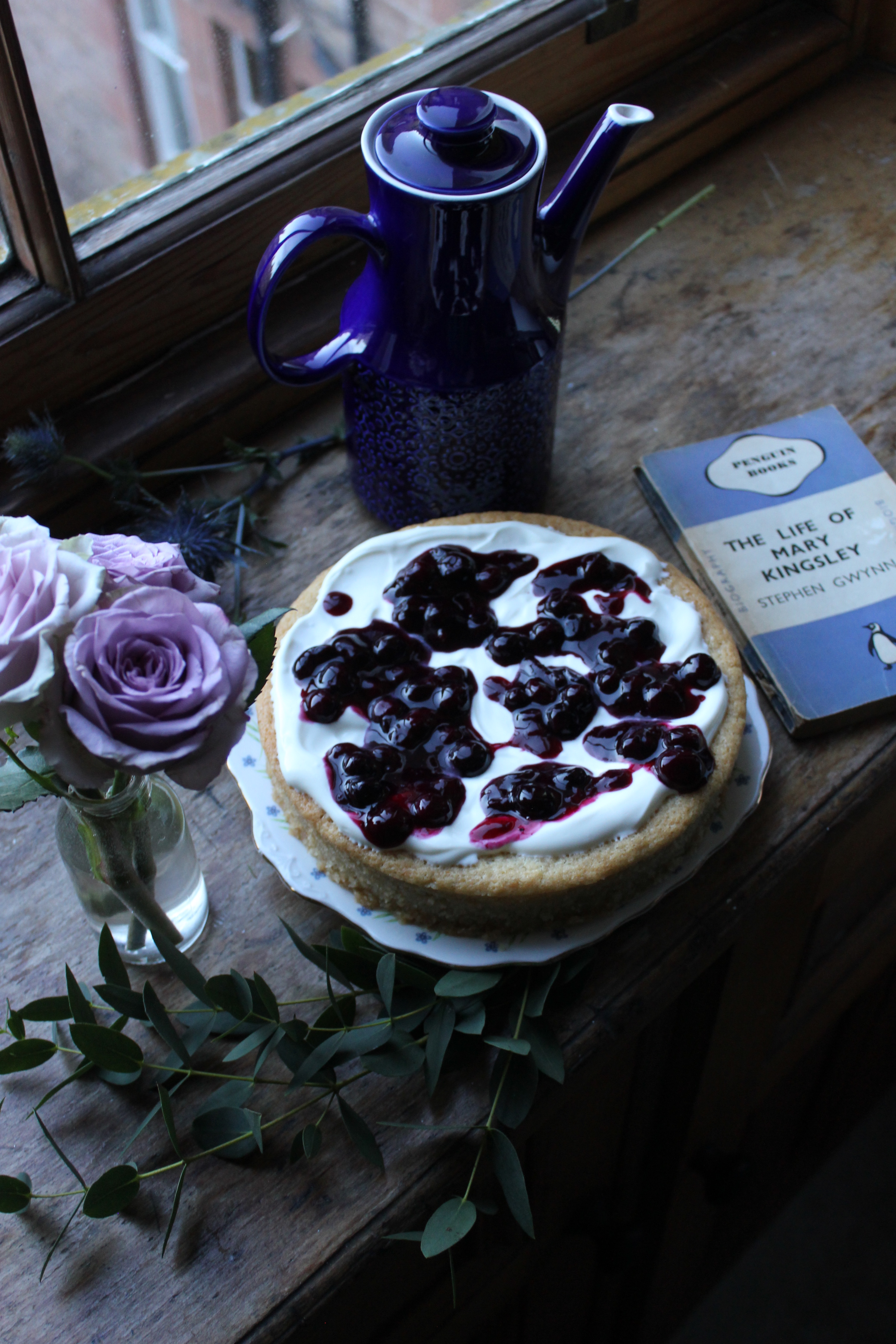 Lemon tendercake with blueberry compote