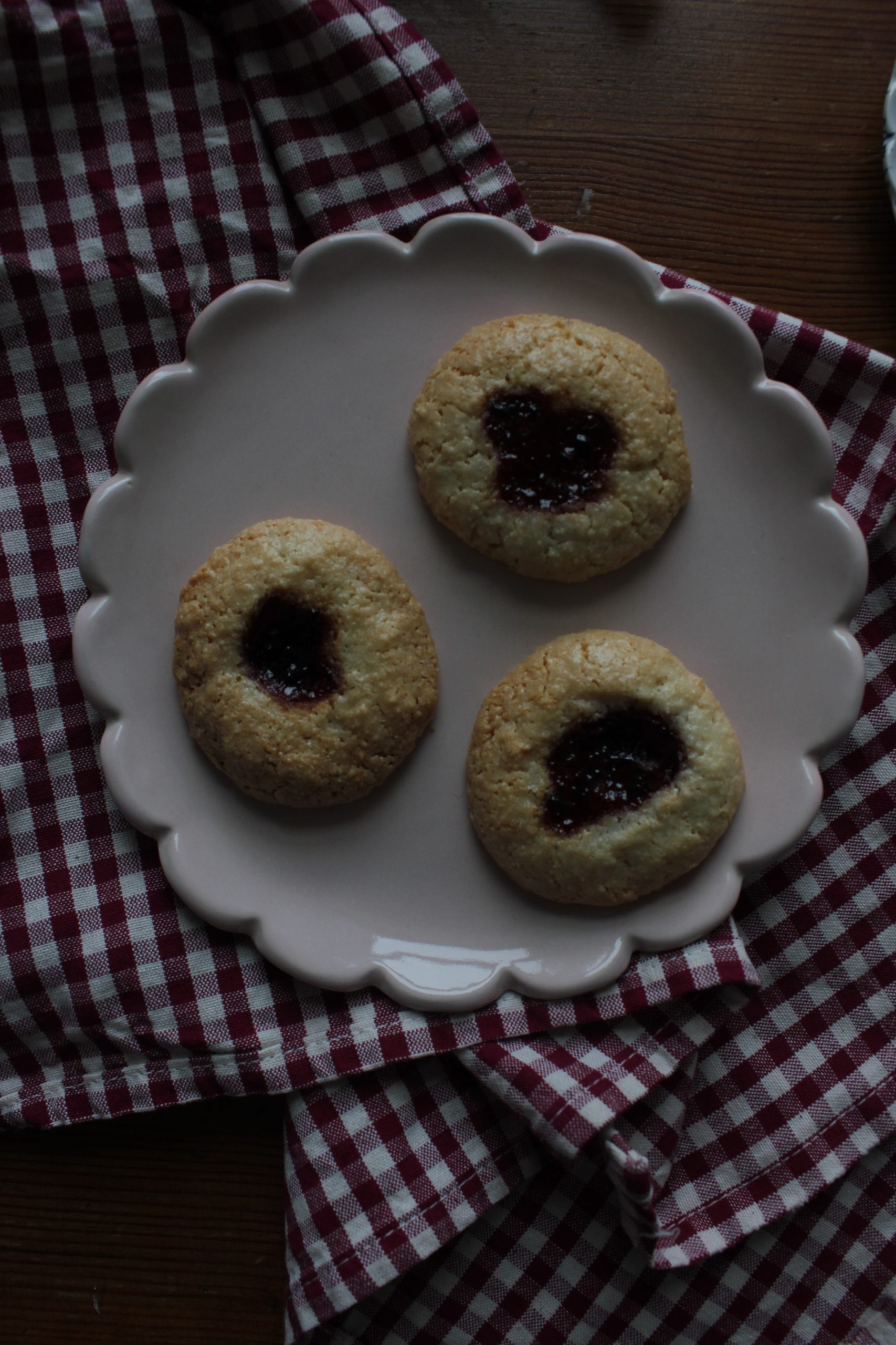 Almond and cherry cookies